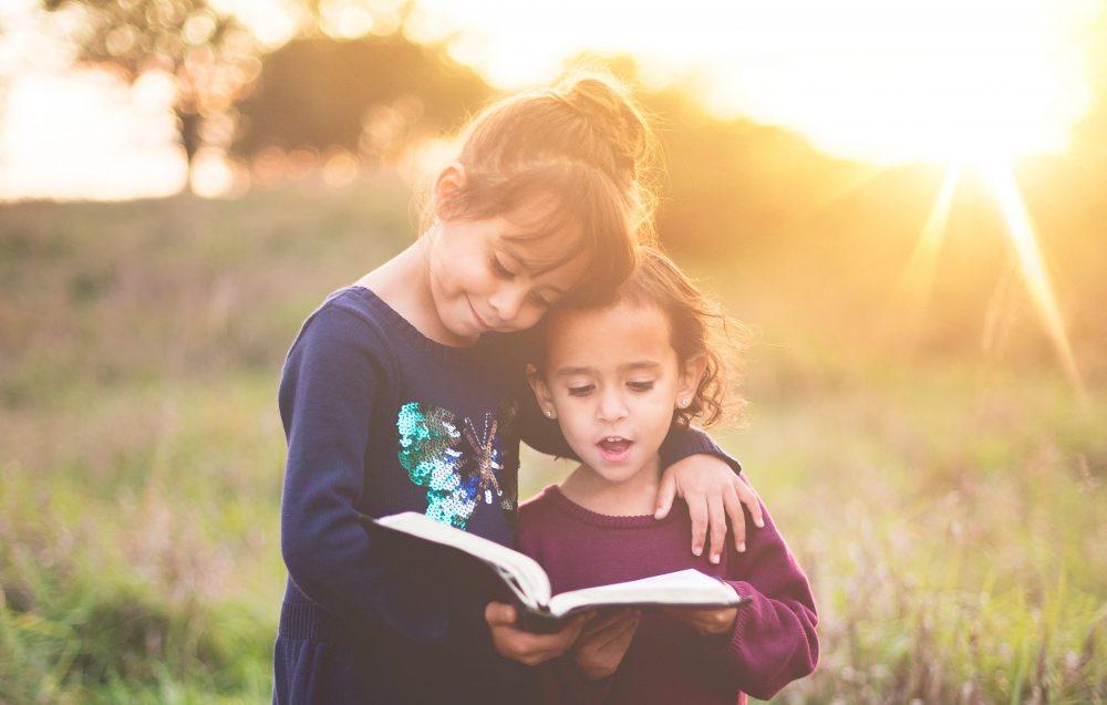 duas crianças rezando